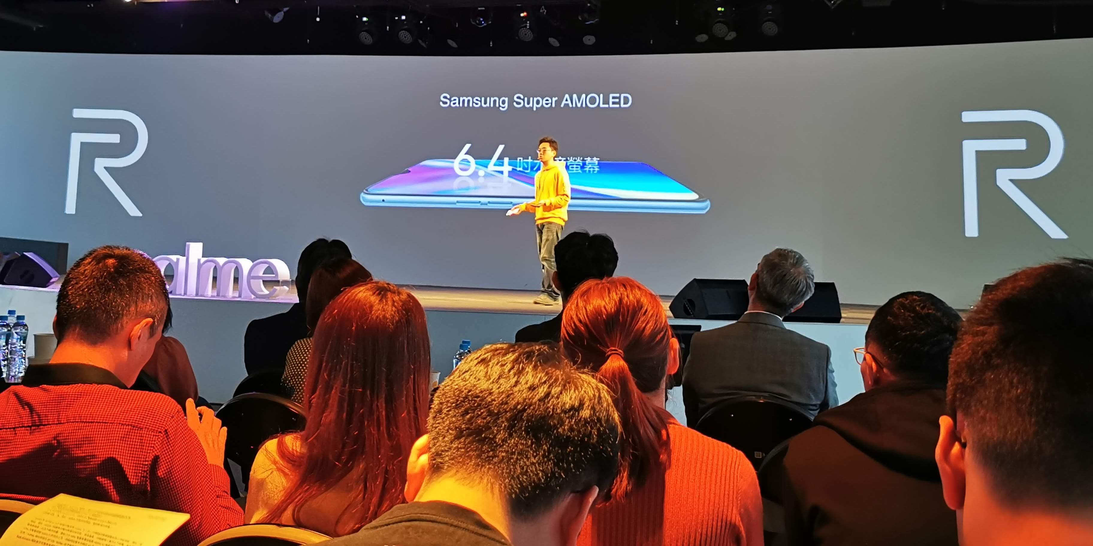 realme XT 正面則配備6.4吋Super AMOLED水滴螢幕,螢幕佔比高達91.9%