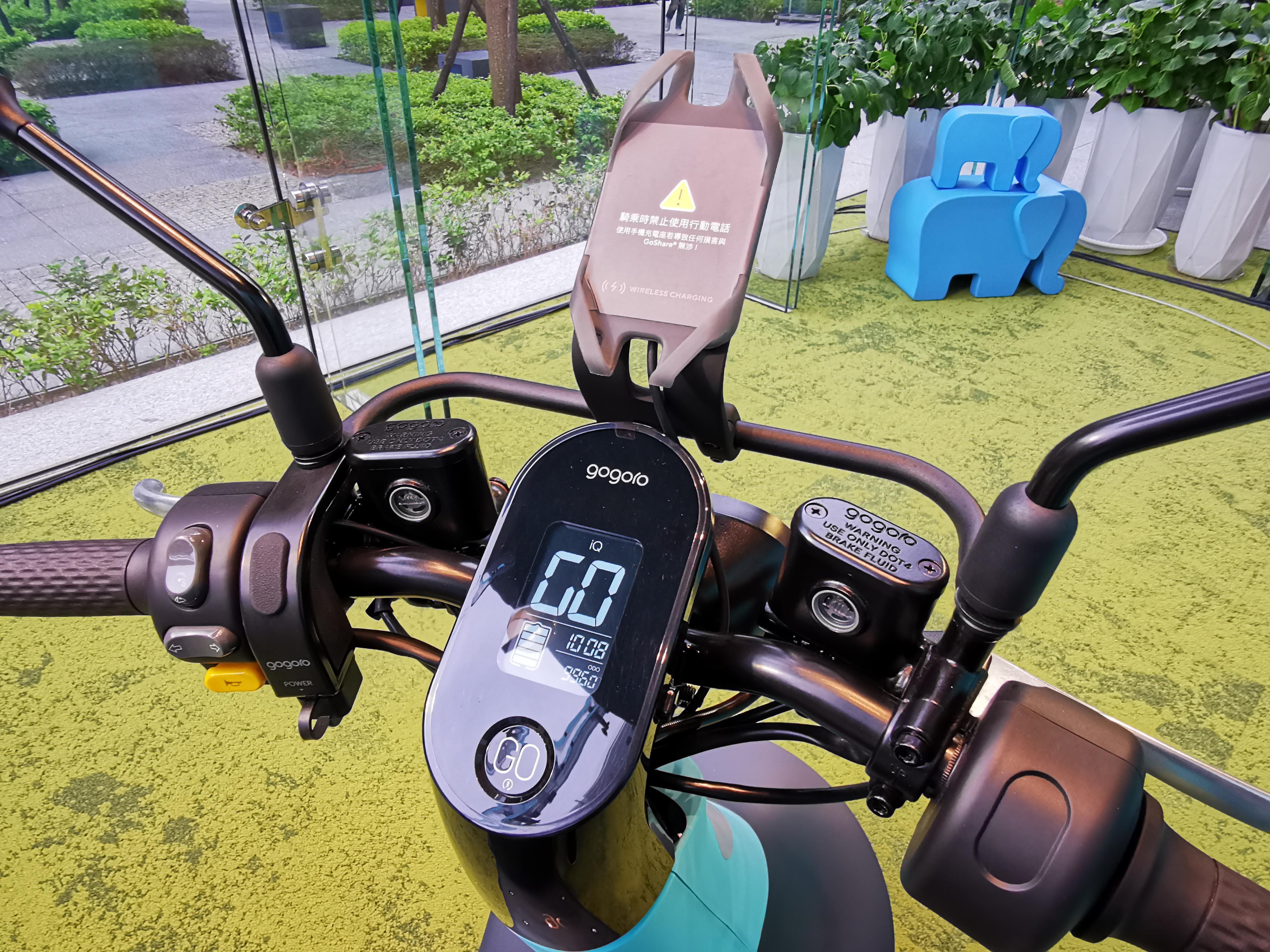 GoShare 這次也很貼心的在 Gogoro VIVA 的手機架上新增了無線充電手機架的配件!