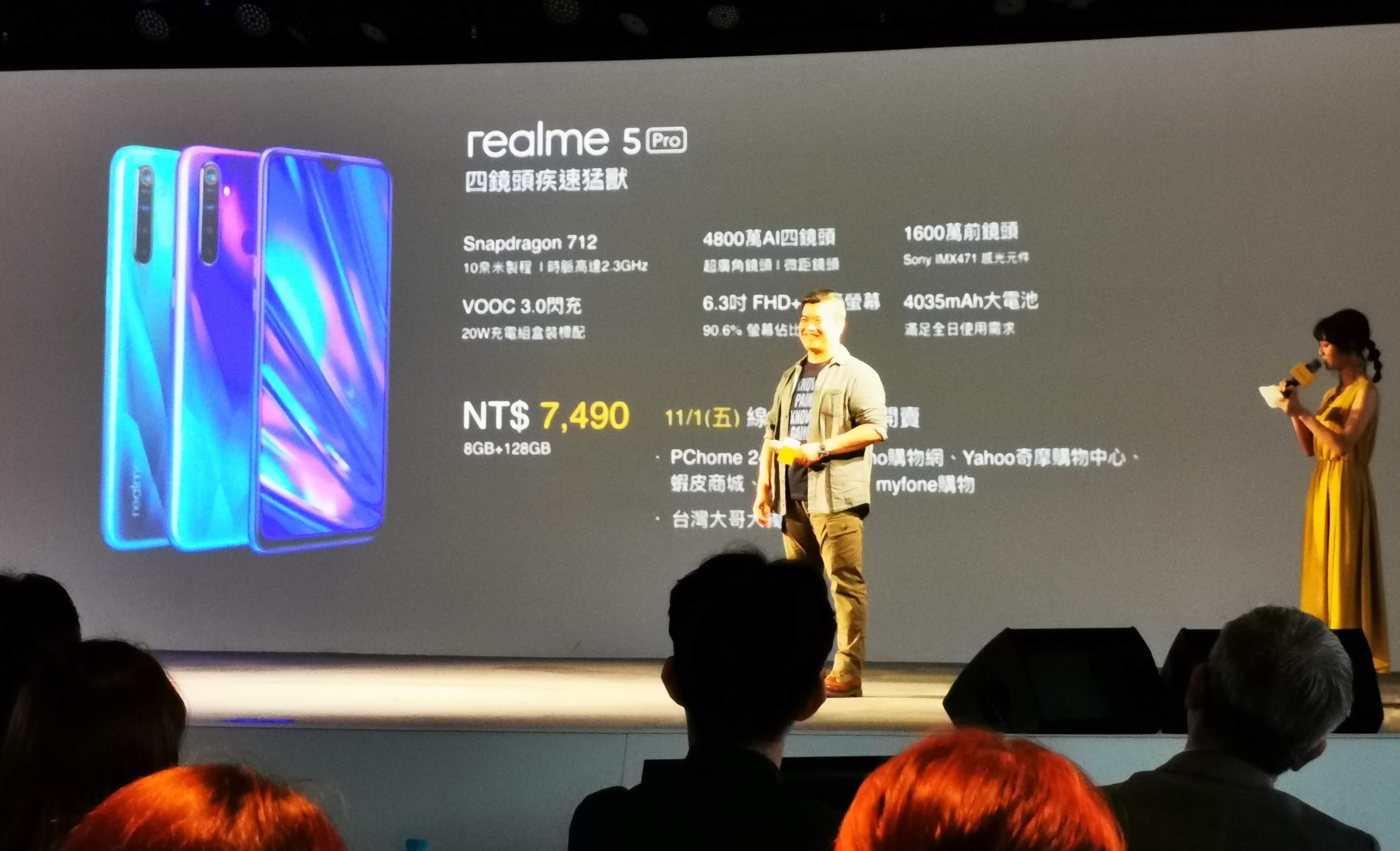 realme 5 Pro 有光鑽綠、光鑽藍兩個配色,搭配 8+128GB,單機售價7,490元